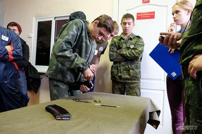 Участникам нужно было за две минуты снарядить магазин патронами.