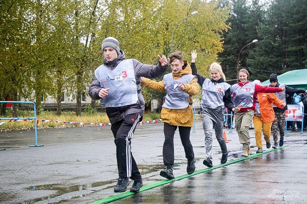 Ловкость и сноровку требовала от участников эстафета с прохождением препятствий.