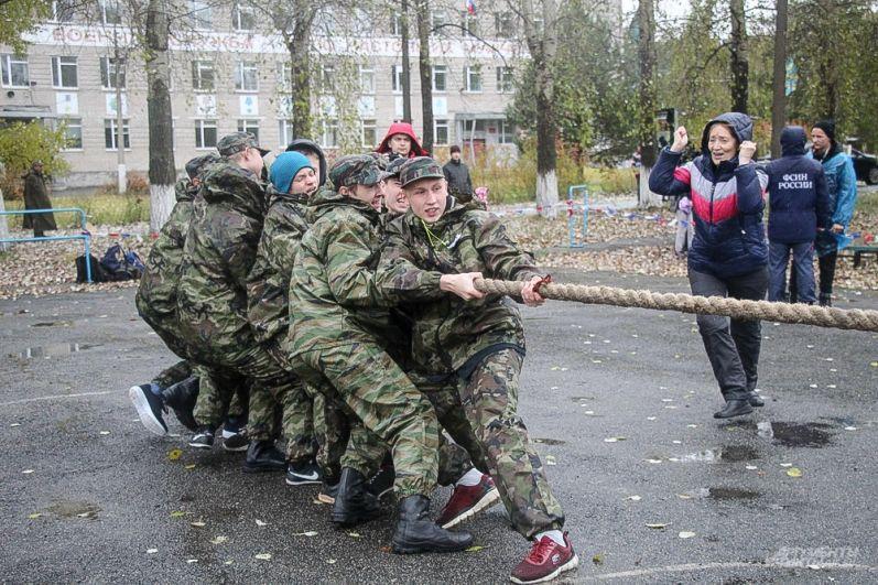Одно из командных состязаний – перетягивание каната.