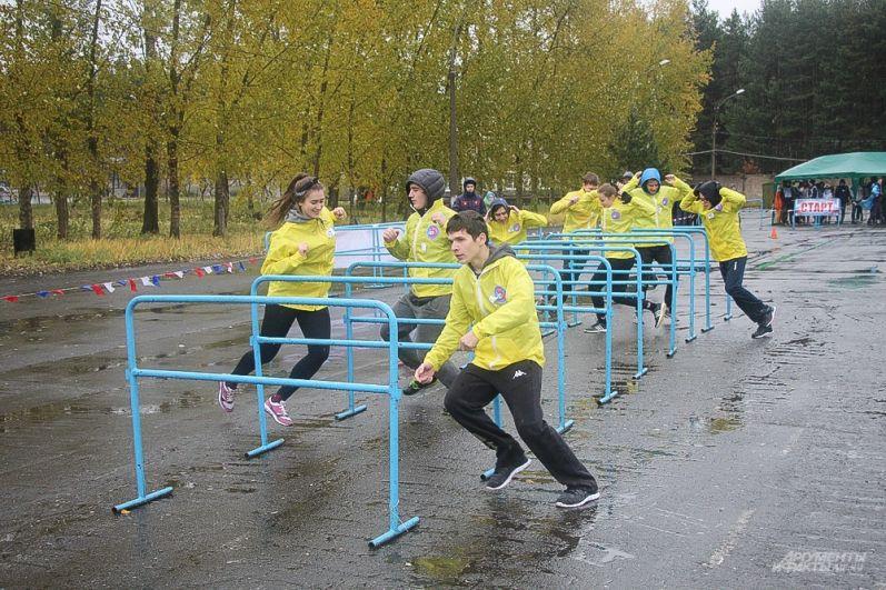 Первый этап соревнований - бег на дистанцию 20 метров с преодолением препятствий и прохождением лабиринта.