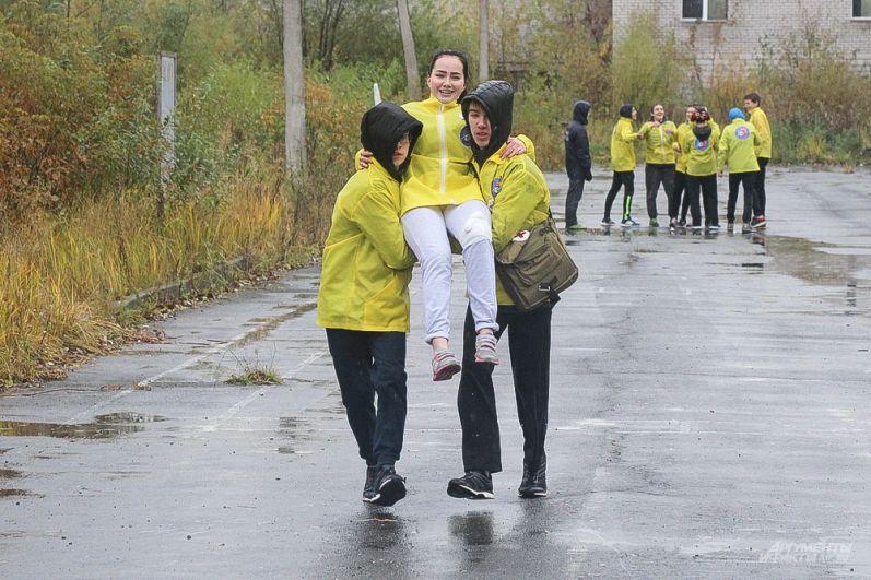 Раненого в колено товарища, бойцы переносили на руках.