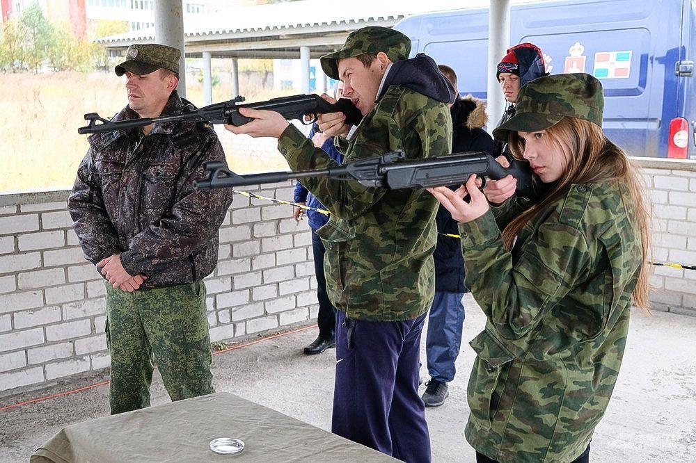 Во время проверки огневой подготовки участники спортивного фестиваля стреляли из пневматической винтовки по интерактивным мишеням.