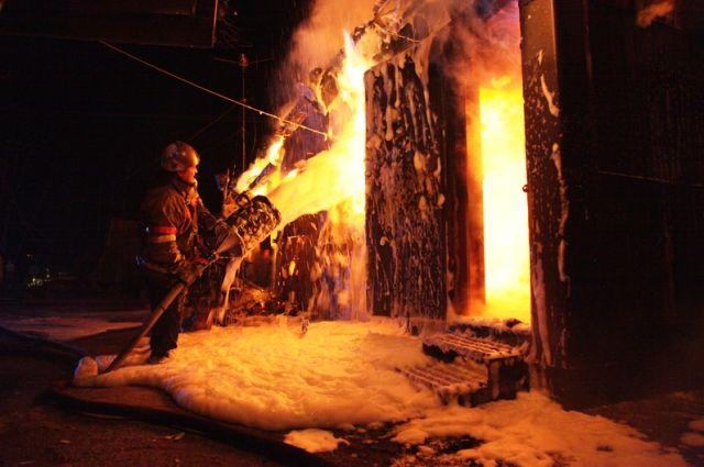 Cотрудники экстренных служб  потушили пожар наскладе автозапчастей вСочи