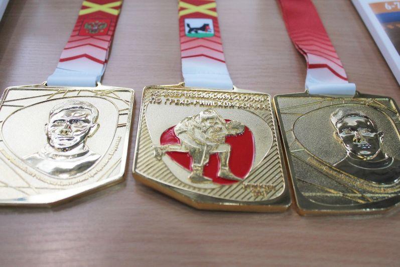 Лучшие борцы получили медали.