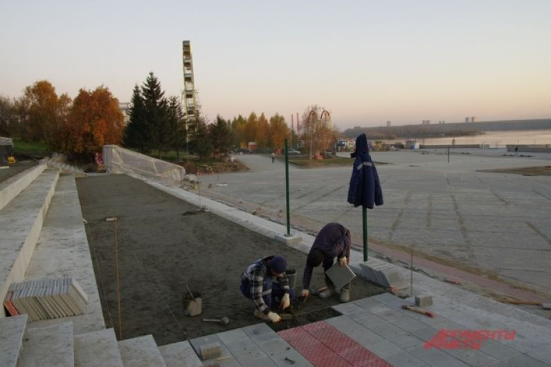 Самая трудоемкая часть работы, по признанию рабочих, это укладка новой плитки вместо асфальта.