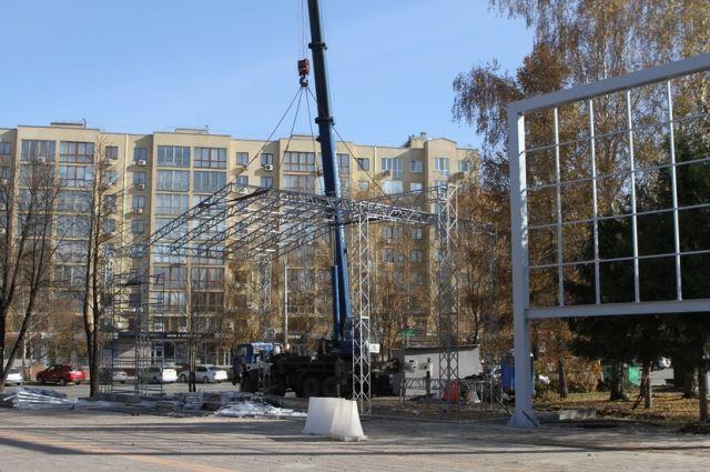 На бульваре Строителей в Кемерове устанавливают новую сцену.