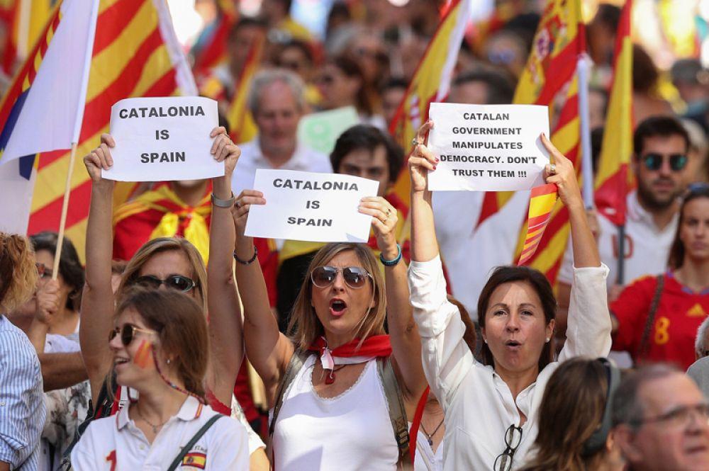 «Каталония — это Испания», «Каталанское правительство манипулирует демократией. Не верьте им!»