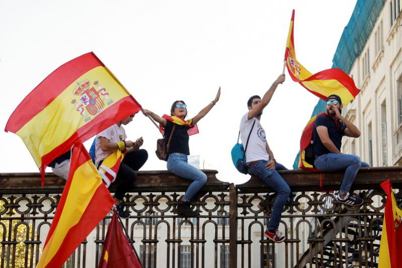 Участники демонстрации в защиту единства Испании.
