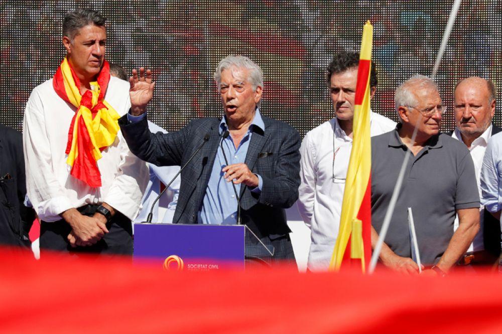 Перуанский писатель и Нобелевский лауреат Марио Варгас Льоса выступает на митинге в защиту единства Испании.