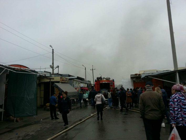 Огонь полыхал более десяти часов и распространился на площади в шесть тысяч квадратных метров.