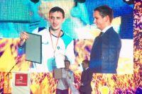 Дмитрий Кучерявин (слева) получает награду.
