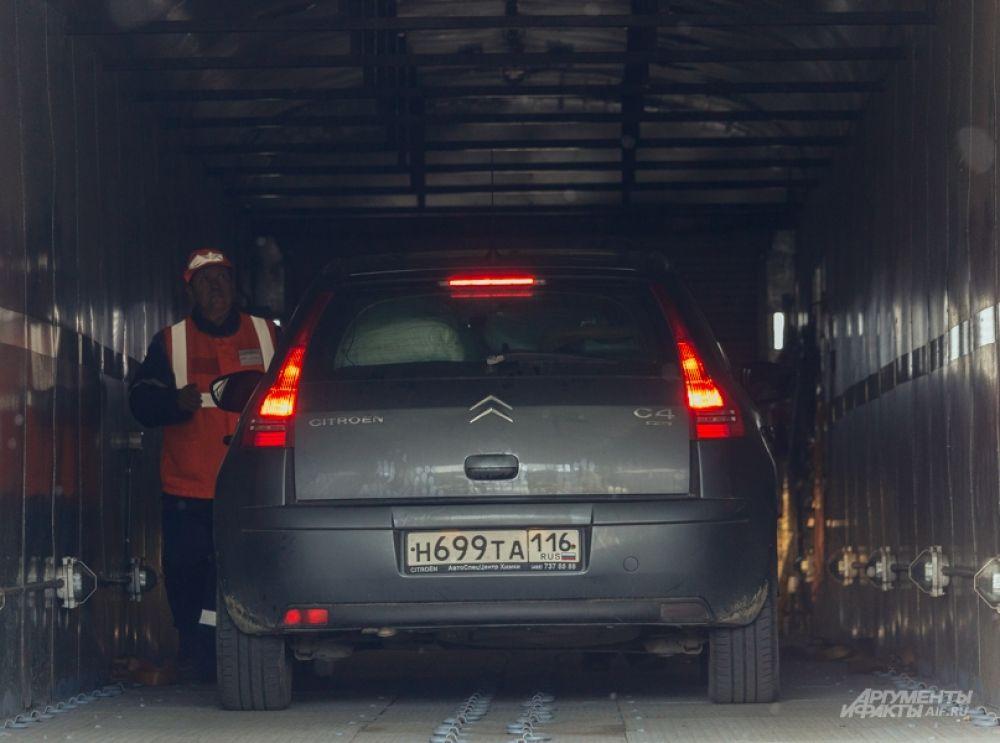 Затем авто крепят специальными ремнями.