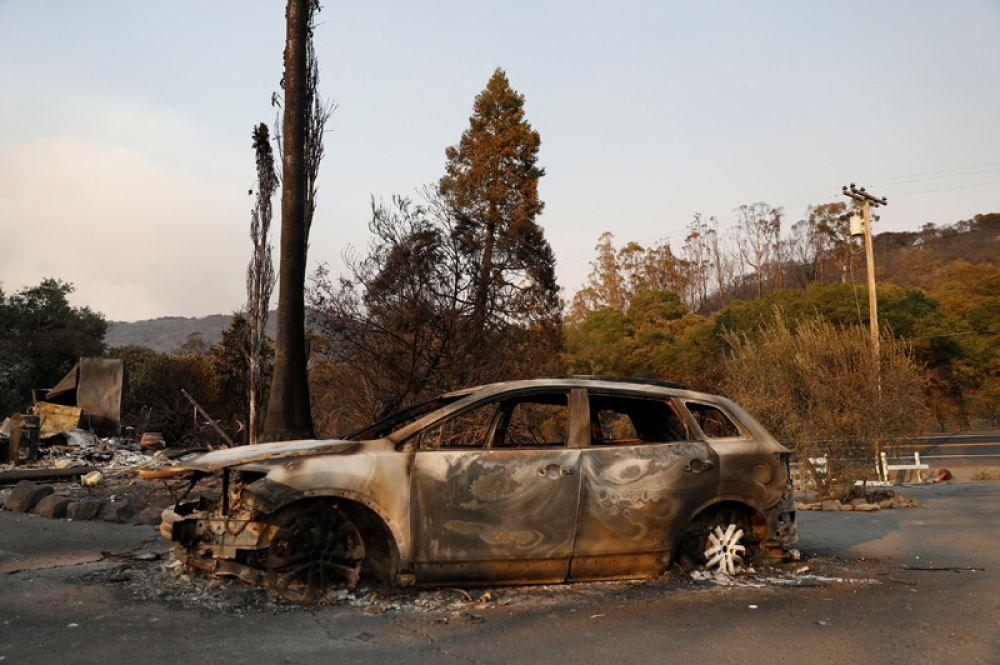 Сгоревший автомобиль в округе Сонома.