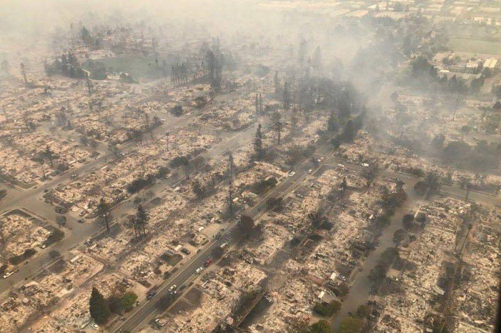 Аэрофотоснимок лесных пожаров, бушующих к северу от Сан-Франциско.