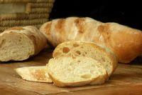 Несколько зачерствевших ломтиков хлеба, оставшихся от булки, могут стать основой для нового блюда.