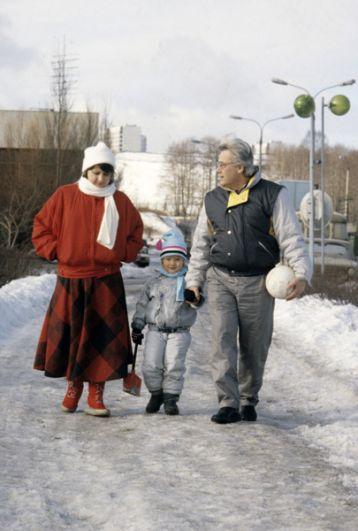 Аллан Владимирович Чумак с женой и сыном на прогулке. 1989 год.
