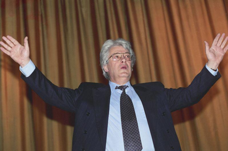 Телевизионный деятель Аллан Чумак, называющий себя целителем и экстрасенсом, на одном из сеансов. 1991 год.
