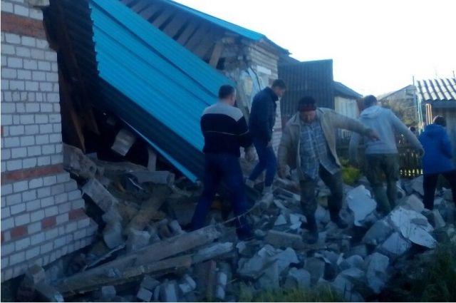 Под завалами спасатели обнаружили тела двух погибших.