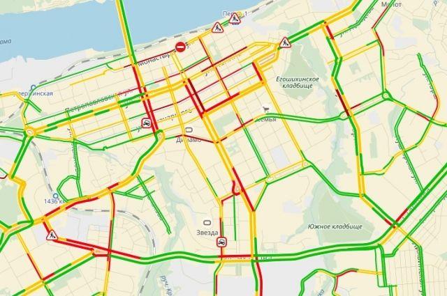 Пермяки жалуются на огромные пробки в городе.