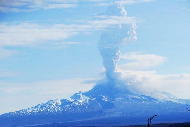 Вулкан Шивелуч наКамчатке выбросил восьмикилометровый столб пепла