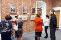 На выставке можно увидеть исторические снимки и графические работы.