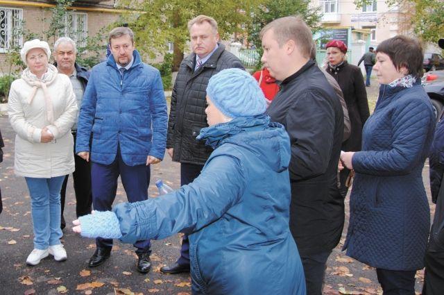 Жители Краснокамска показали комиссии, что в их дворах сделали не так.