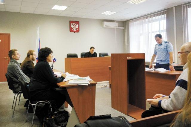На суде Дмитрий Дымбрылов (сидит, крайний слева) признал свою вину и покаялся в своей бесхарактерности.