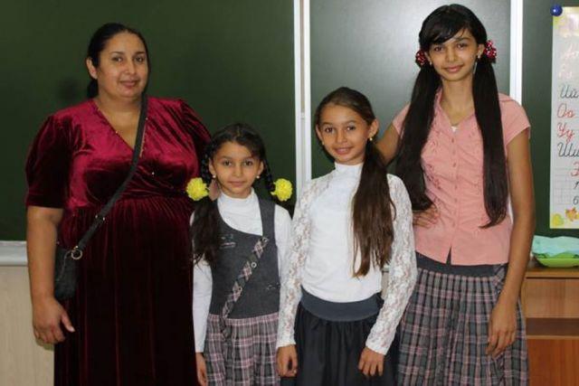 Сестры Кузнецовы — Малина, Гранита, Рубина — ходят в начальные классы, хотя старшей уже 14 лет.