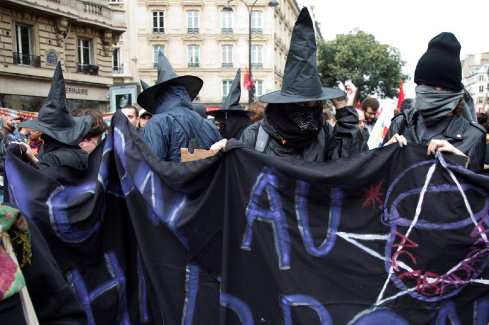Многотысячное шествие на площади Республики в Париже.