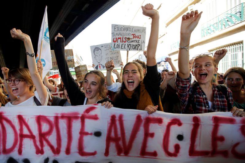 Французские студенты на демонстрации в Марселе.
