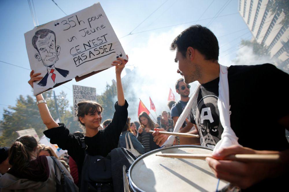 Участники демонстрации на улицах Марселя.