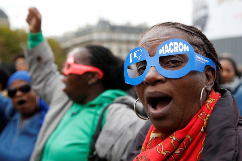Участники демонстрации в Париже. Женщина в картонных очках с надписью: «Мне не нравится Макрон».