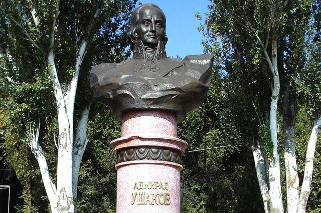 Памятник Ушакову на набережной Ростова-на-Дону.