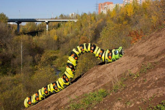 Гусеница символизирует, как медленно и трудно поднимать мусор вверх по склону.