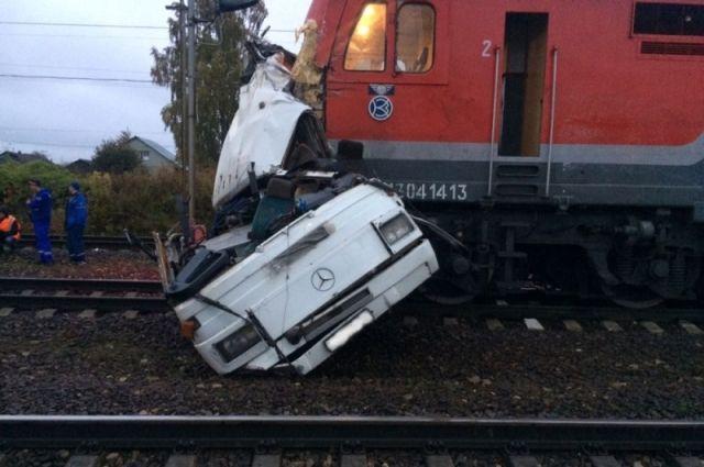 Начав тормозить, поезд находился на расстоянии менее 400 м  до переезда, следуя со скоростью 90 км/ч.