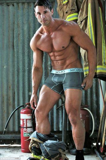 Австралийские пожарные приняли участие в очередной откровенной фотосессии, фотографии которой украсят традиционный ежегодный календарь