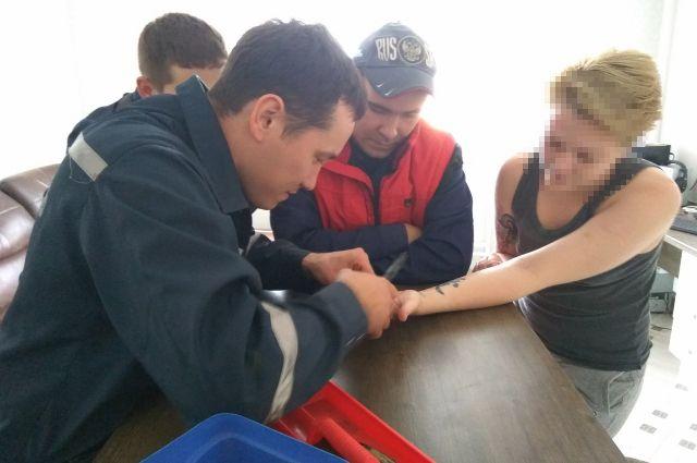 Спасатели ТОСЭР срезали кольцо с пальца тюменки и спасли пенсионерку