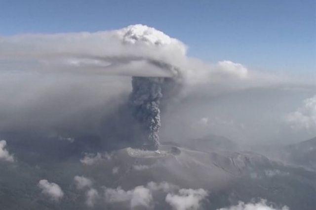 ВЯпонии впервый раз зашесть лет начал извергаться вулкан Симмоэ