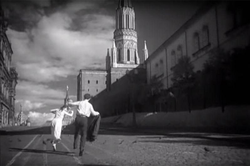 Борис и Вероника на рассвете гуляют по Красной площади. Часы на Спасской башне показывают 4 утра.