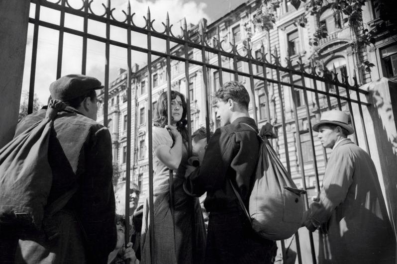 Сцена прощания снималась у московской школы в Армянском переулке, дом 4.