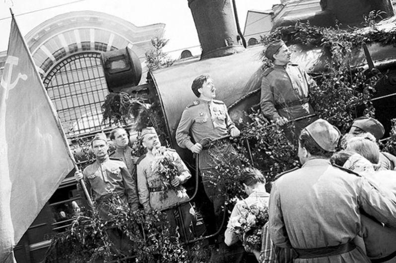 Конец войны. Мирная Москва. Поезд с возвращающимися фронтовиками приезжает на Белорусский вокзал.