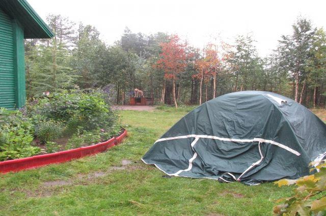 Палатку Лариса Куликова разбила во дворе дома, из которого не собирается выезжать