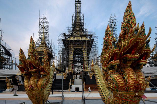 Таиланд просит туристов соблюдать дресс-код всвязи страуром покоролю
