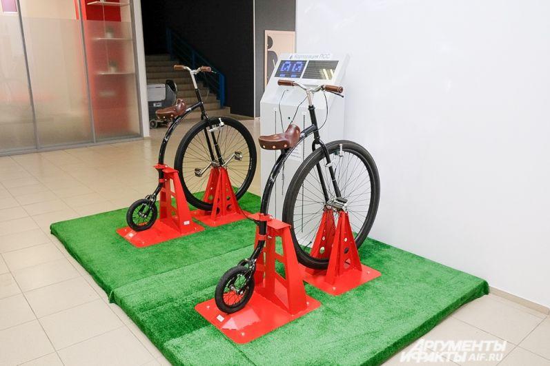 Специальный велотренажер заряжает телефон, когда крутятся педали, это позволяет не только отдохнуть от умственного труда, но и продемонстрировать взаимопомощь при командной работе.