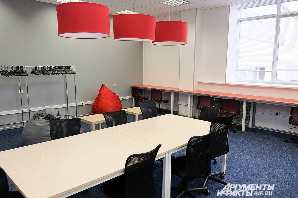 Коворкинг – это пространство площадью 150 кв. метров, рассчитанное на 40 рабочих мест, оборудованных для работы на компьютерах.