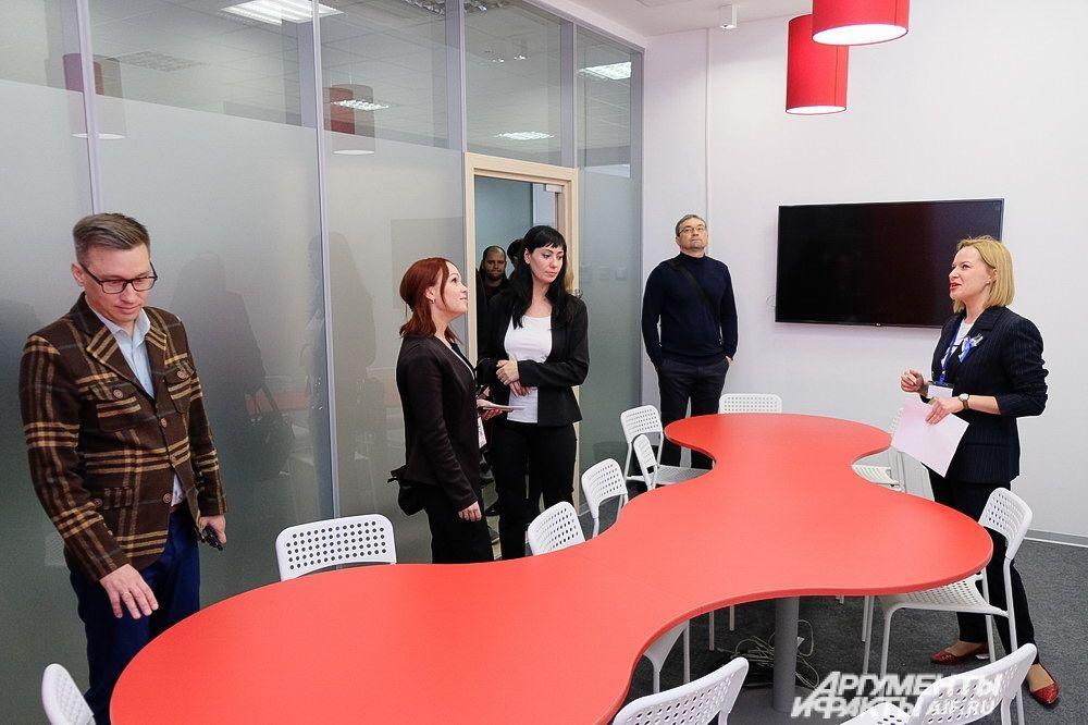 Переговорная комната рассчитана на 10-12 человек и выполнена в творчески-агрессивном красном цвете, присущем парку.
