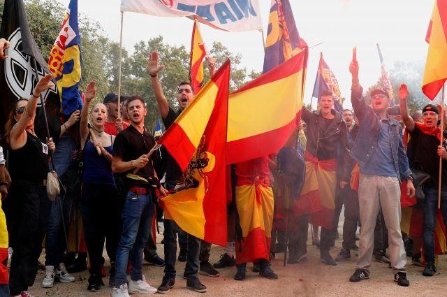 В Барселоне проходит демонстрация в честь Национального дня Испании