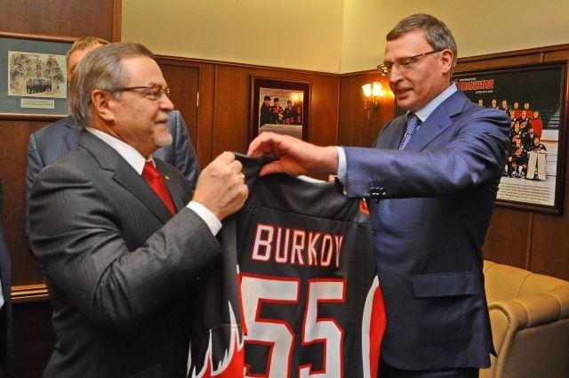 Буркову вручили именной свитер клуба.