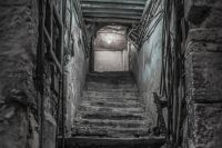 Избитую женщину поместили в подполье.