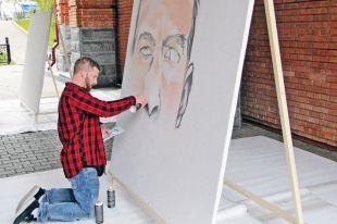 Том Хевельт умудрялся одновременно рисовать, и общаться с публикой.